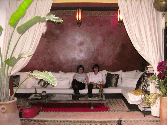 Riad Aguaviva: qu'il est bon de se detendre dans ce salon,en ecoutant de la musique!!!