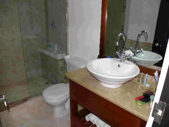 Silver Point Hotel: Bathroom of suite