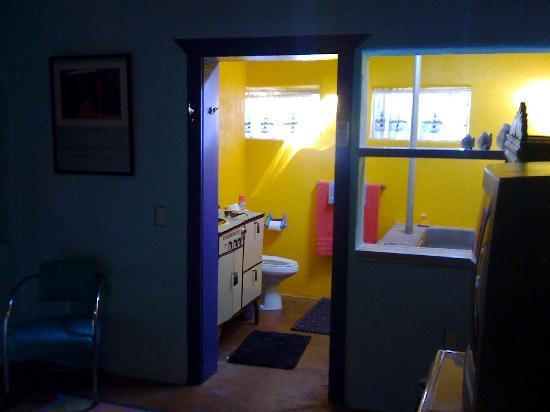 Pelican Spa: The bathroom- NO DOOR!