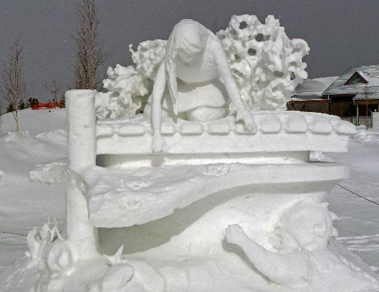 Midnight Sun Inn Bed and Breakfast: Snow Carvings in town