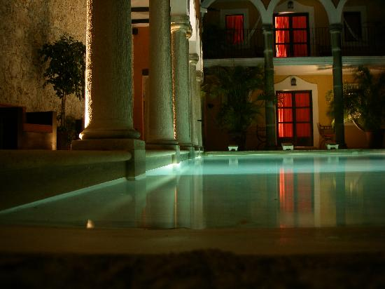 Hotel Hacienda Merida: Nightime view of courtyard area