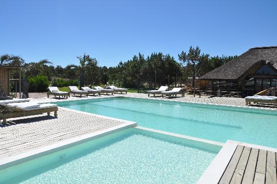Casa Suaya: The pool & bar looking stunning (so nice when it was empty)
