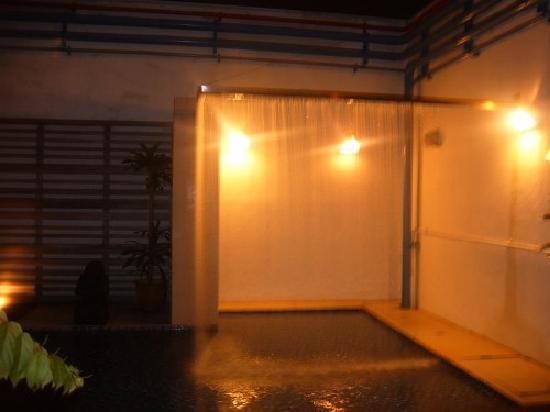 แฮงค์เอ้าท์@มิทอีมิลี่: The shower pool on the roof! Kindof strange