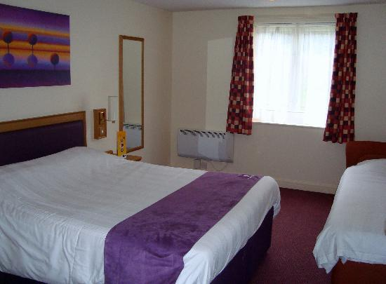Premier Inn Northwich (Sandiway) Hotel: Beds and main room