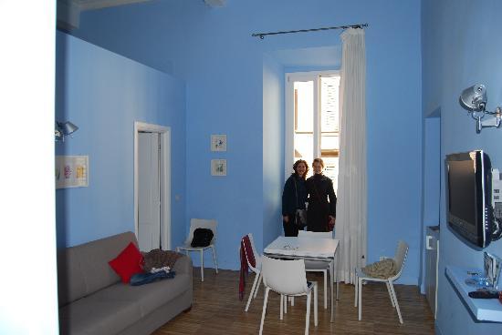 Ripetta 25: La sala de estar con ventanal sobr Via di Ripetta