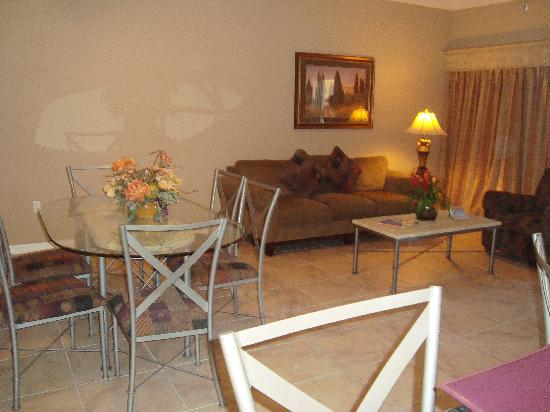 WorldQuest Orlando Resort: The Living and Dining area