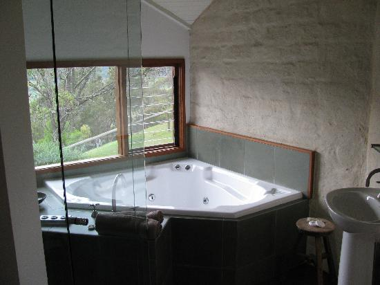 Kangaroo Ridge Retreat Hot Tub Shower In The Bathroom