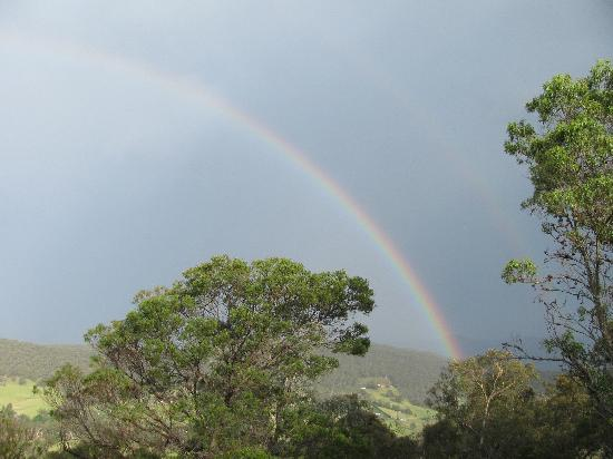 Kangaroo Ridge Retreat: Rainbow over the valley (view from balcony)