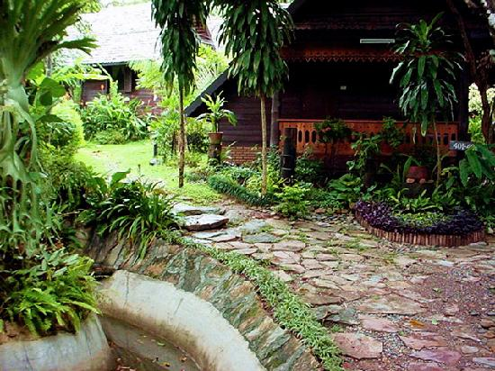 PAN KLED VILLA eco hill resort : Lovely garden setting.. on your way to your bungalow.