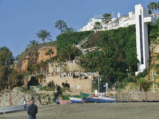 Hotel Paraiso del Mar: Hotel terrasses and stairs seen from beach, lift on the right goes to the Parador