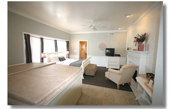 Abbey Inn: Lilac Hot Tub Room