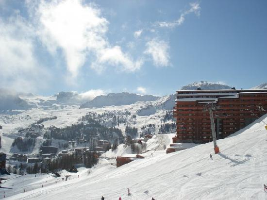 Pierre & Vacances Premium Residence Les Hauts Bois: The hotel from the blue just outside
