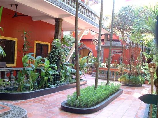 Bopha Siem Reap Boutique Hotel: Hotel gardens