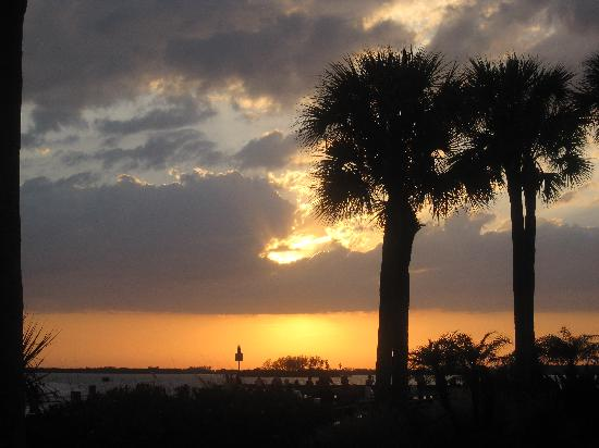 Best Western Plus Yacht Harbor Inn: Sunset at the small pier in front of the Best Western
