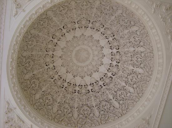 Es Saadi Marrakech Resort - Palace : le plafond sculpte de l'entree