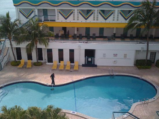 Best Western On The Bay Inn & Marina: Pool area and lounge chairs