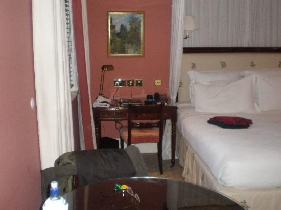 The Royal Park - A Roseate House Hotel: Desk near to bed - Room 609