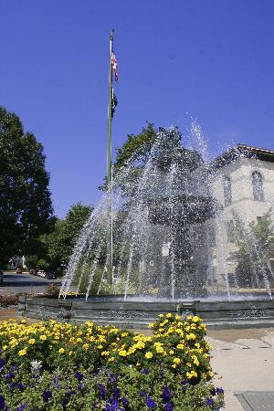 ‪‪Bloomsburg‬, بنسيلفانيا: Bloomsburg Fountain - In the Spring‬