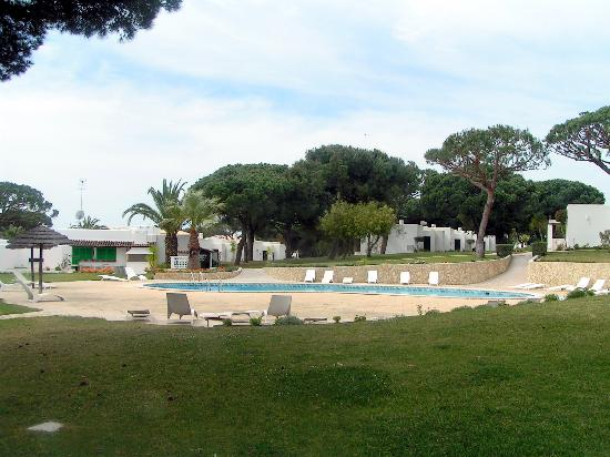 Prado Villas: Pool and spacious grounds