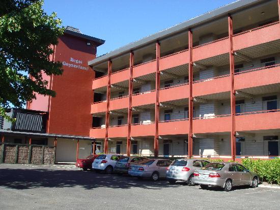 SilverOaks Hotel Geyserland: Carpark & accommodation wing from road
