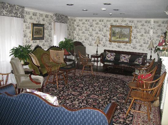 The Village Inn Bed and Breakfast: Front Parlor