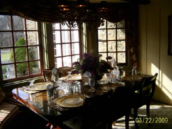 Chimney Hill Estate & Ol' Barn Inn: Scrumptious breakfast in the elegant dining room