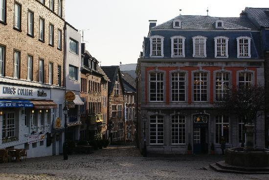 Hotel Bruells am Dom: To the left, just opposite furniture museum
