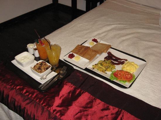 Mango Guesthouse + Villas: breakfast served in room