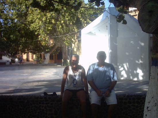 Posada Gremary: sentado en la plaza con gregorio