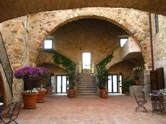 Hotel El Far de Sant Sebastia: Hotel El Far courtyard