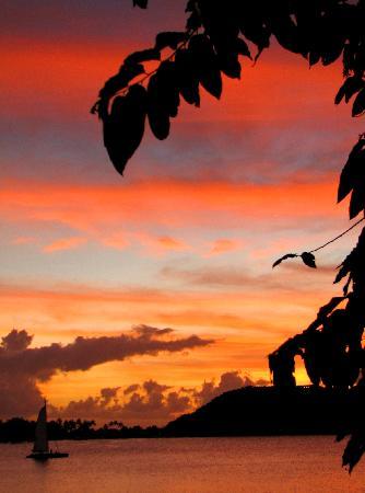 โซฟิเทลโบราโบรา มารามาราบีช รีสอร์ท: Sunset from the bar at the Sofitel Motu.  Awesome!