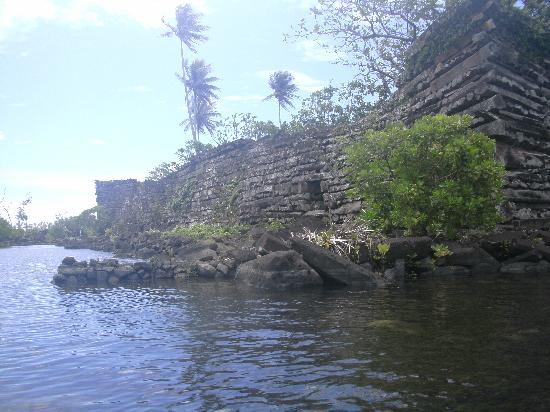 Pohnpei, Micronésie : Nan Madol and its canals.