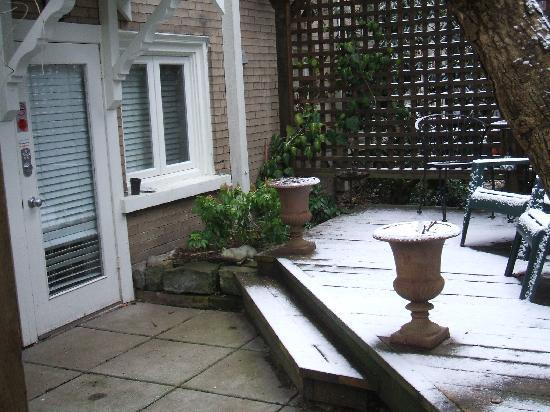 Kitsilano Garden Suites: Courtyard outside apartment