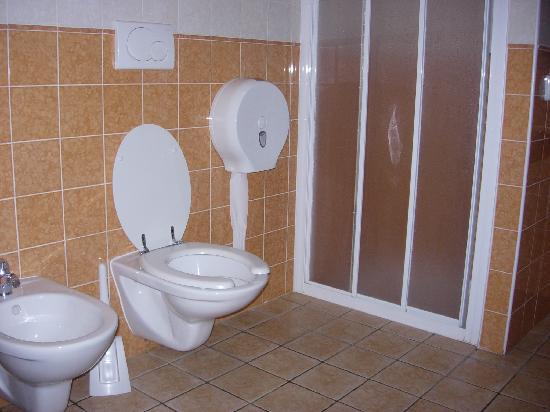 Hostel Archi Rossi: baño de habitación de 6 con baño