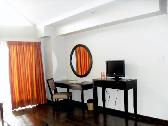 Baguio Burnham Suites Hotel: Living Room Lcd And Study Table Part 17