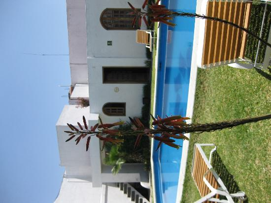 Casa de la Tia Tere: The pool area from in front of one of the bungalows