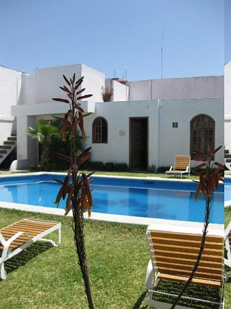 Casa de la Tia Tere : The pool area from in front of one of the bungalows
