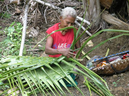 Yap, Micronésia: Basket Weaver in Village