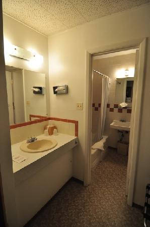 Sunset Motel: Bathroom and outside bathroom vanity area