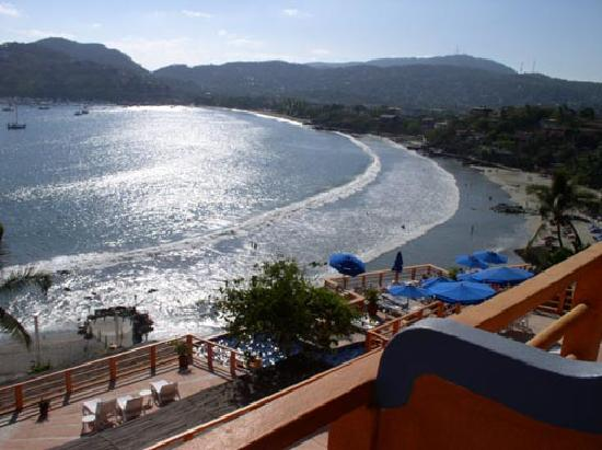 Zihuatanejo, México: Zihua bay (afternoon) from my balcony at the Hotel Irma.
