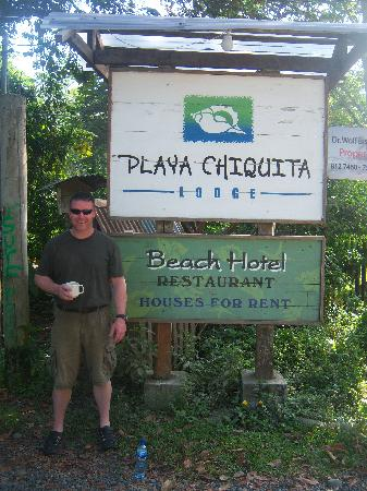 Playa Chiquita Lodge: Entrance from the main road.