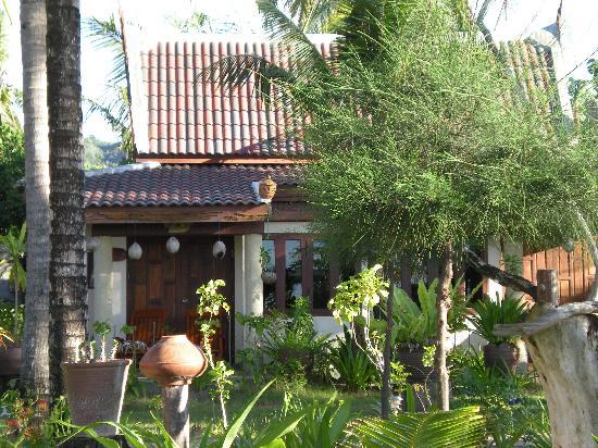 Andaman Bangtao Bay Resort: Bungalow vue exterieure