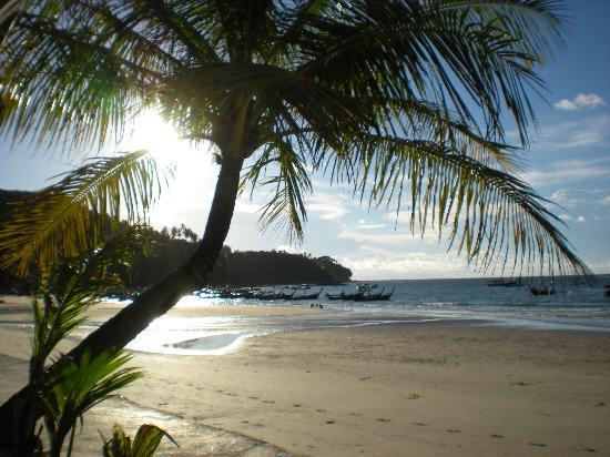 Andaman Bangtao Bay Resort: La plage devant l'hotel