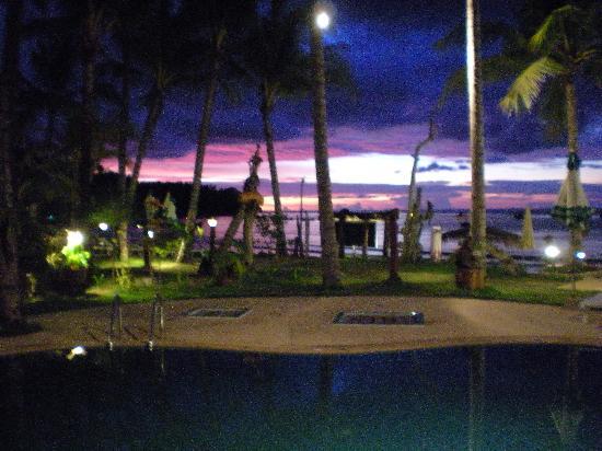 Andaman Bangtao Bay Resort: Petite piscine de nuit