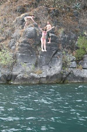 Laguna Lodge Eco-Resort & Nature Reserve: Cliff jumping...