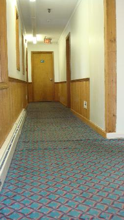Liftline Lodge: hallway