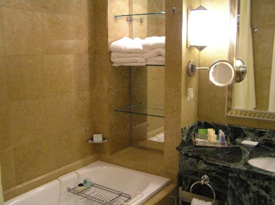 Sheraton Addis, a Luxury Collection Hotel: Bathroom