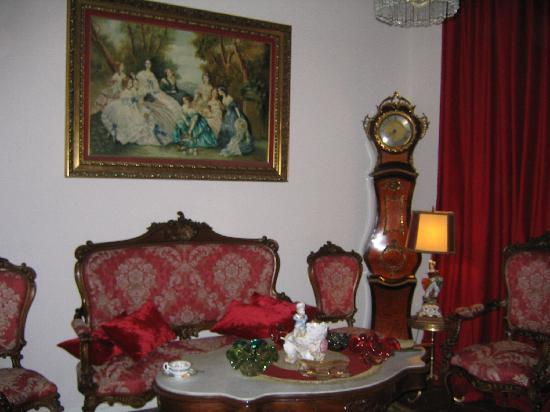 Hostal L' Antic Espai: Fascinanting rooms and tourist places around the Hotel, they make the sensation, that when you r