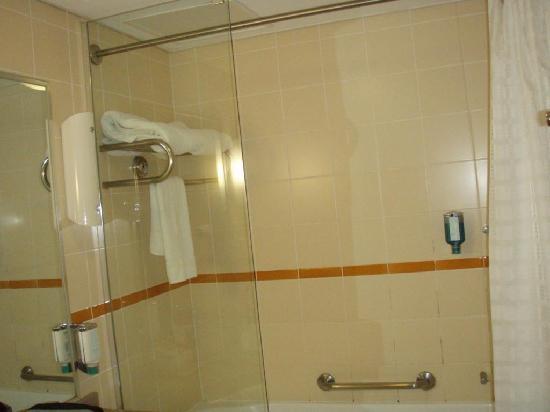 """โรงแรมโนโวเทลซิดนีย์โอลิมปิคพาร์ค: Shower - note the liquid """"soap"""" dispenser"""