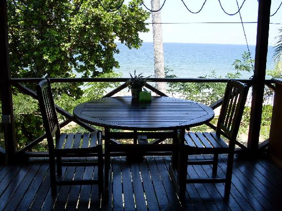 Tempurung Seaside Lodge: A table overlooking the beach